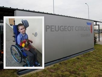 Automobilka Peugeot vyrobila poriadny kiks: Chlapcovi na vozíku poslala švihadlo