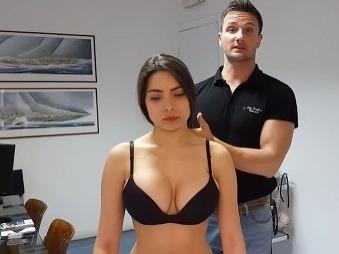 Chiropraktik natočil VIDEO, ktoré dvíha mužom... tlak: Všetky oči na sexi asistentke v bielizni