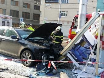 FOTO Kuriózna nehoda v Bratislave: Tehotná vodička (26) vrazila do reklamy, na zadnom sedadle dieťa