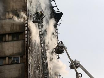 V Teheráne sa zrútila budova: Záchranári stále pátrajú po ľuďoch v troskách