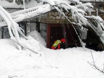 MIMORIADNA SPRÁVA V talianskom hoteli zasypanom lavínou našli šesť živých ľudí