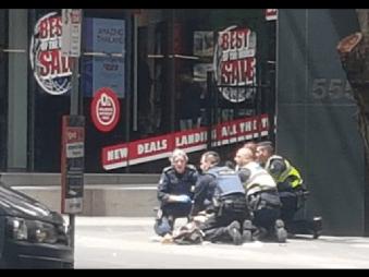VIDEO Hrôzostrašná tragédia v Melbourne: Šialenec vpálil do davu autom, medzi obeťami je aj dieťa!