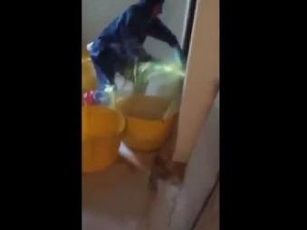 Inštalatér opravoval upchaté potrubie: VIDEO smradľavého hnusu, ktorý nasledoval