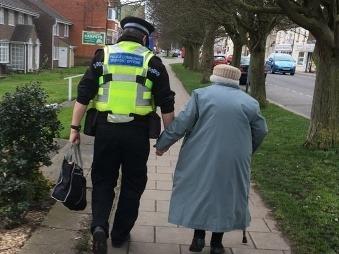 FOTO, ktorá dojala celú Britániu: Stačil na to jediný čin policajta