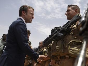 Macron vyzval na boji proti džihádu: Francúzsko ochraňuje Európu, ale potrebuje podporu