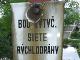 """V koridore plánovanej trasy metra v Petržalke sa dodnes nachádzajú vytyčovacie body jeho siete s nápisom """"BOD VYTÝČENEJ SIETE RÝCHLODRÁHY""""."""