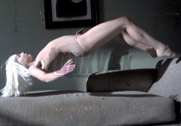 Парень раздел женщину и лапает между ног  Видео