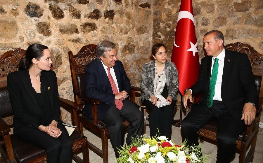http://img.topky.sk/900px/1583267.jpg/Angelina-Jolie-Turecko-Recep-Tayyip-Erdogan.jpg