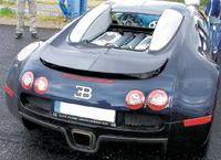 Takto nenápadne parkoval veyron českého podnikateľa pri pretekárskom okruhu v Moste