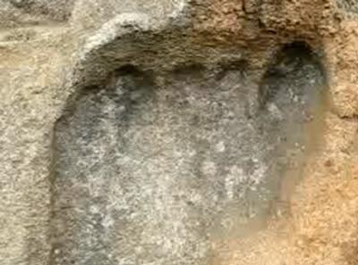Kdo udělal před 200 miliony let obří otisk nohy do skály?