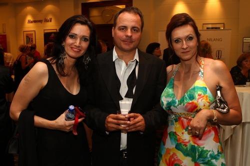 Moderátorka Karin Majtánová (vľavo)