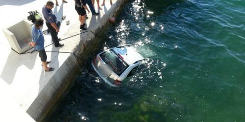 Kuriózna nehoda v Chorvátsku: Češka zaparkovala auto v mori!