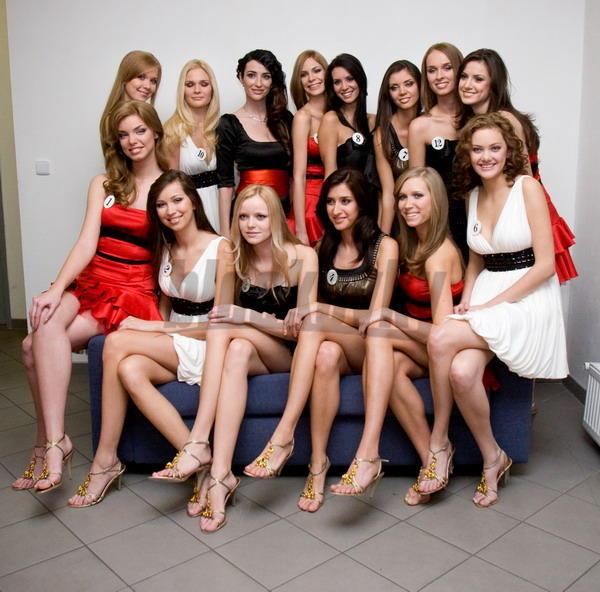Riaditeľka súťaže Miss Slovensko Lucia Hablovičová (tretia zľava v hornom rade) spolu s finalistkami súťaže krásy Miss 2008.