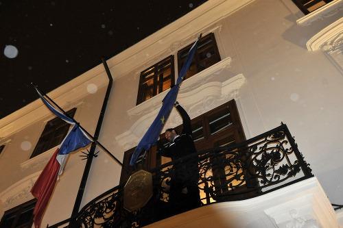 Pracovník francúzskej ambasády upravuje