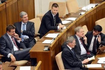 Mimoriadna schôdza prerušená: hádky opozície so smerom, sága