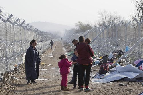Na grécko-macedónskych hraniciach uviazlo