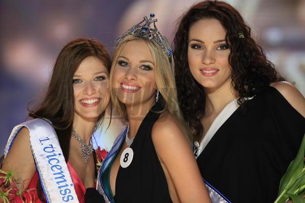 Prvá vicemiss Lea Šindlerová, Miss Universe Denisa Mendrejová a druhá vicemiss Marcela Ševčíková.