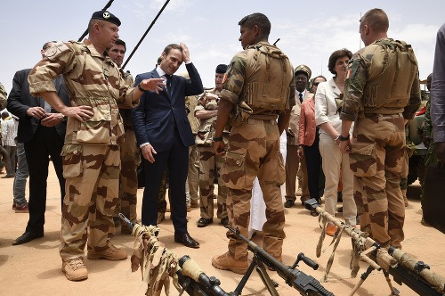 Emmanuel Macron na základni