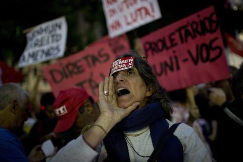 Protestujúci za odvolanie prezidenta
