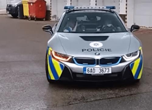 Policajti rozbili zapožičané luxusné