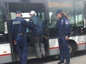 Mestskí policajti pomohli starčekovi