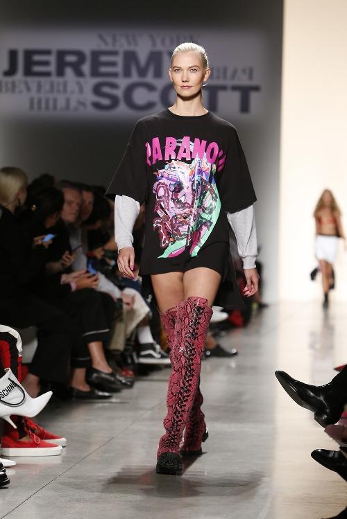 Karlie Kloss počas módnej