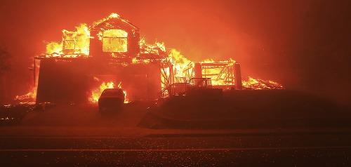 Kaliforniu sužujú obrovské požiare