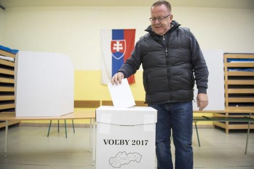 Volič vhadzuje obálku do