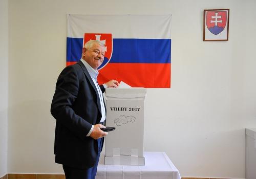 Tibor Mikuš počas volieb.
