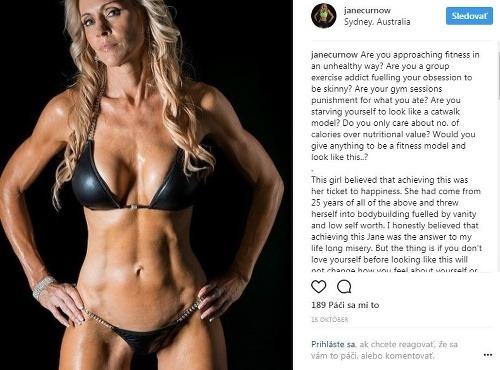 Fitness modelke kľačal celý