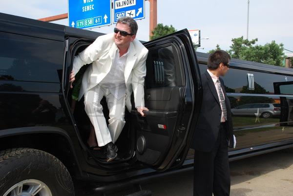 Peter Sklár vystupuje z limuzíny.