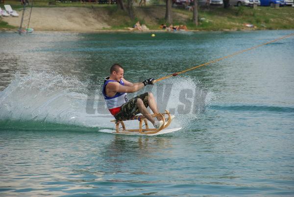 Na súťaži bláznivých plavidiel mali možnosť prítomní návštevníci vidieť aj sánky na vode.