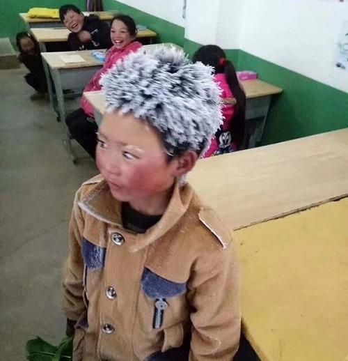 FOTO zmrznutého chlapčeka, z