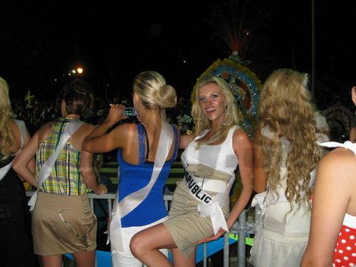 Denisa obdivuje kostýmy spolu s ostatnými finalistkami.