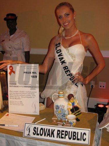 Súčasťou Denisinho programu na Bahamách bola aj reprezentácia jej rodnej krajiny. Misska teda predviedla našu kultúru: tradičnú modranskú keramiku, medovníkové zdobené domčeky, ale aj slovenský kroj. Ten na sebe nemala oblečený iba slamená bábika, ale aj samotná Denisa.