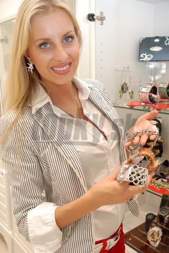 Denisa si obzerá šperky