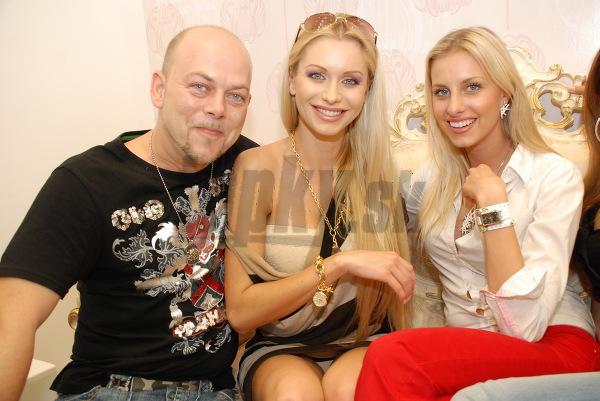 Módny návrhár Andrej Baraník, Eva Cifrová a Denisa Mendrejová otvárali predajňu so šperkmi.