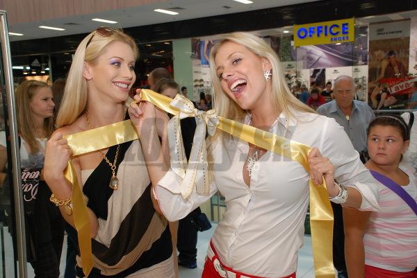 Eva Cifrová a Denisa Mendrejová sa počas otvorenia takto bláznili.