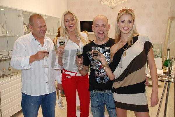 Miss Universe Denisa Mendrejová, módny návrhár Andrej Baraník, playmate Eva Cifrová si pripíjajú spolu s majiteľom predajne.