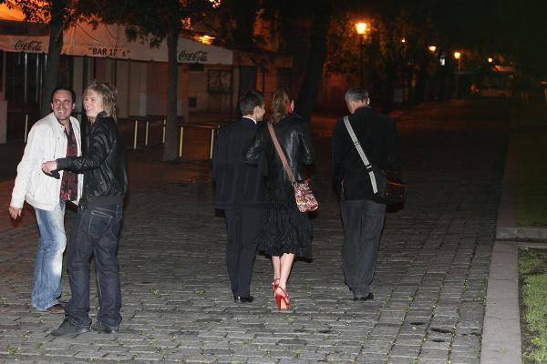 Hromadný odchod z párty. Elena Podzámska s tanečníkom Tomášom Surovcom (v strede) a spevákom Mirom Šmajdom (vľavo)...