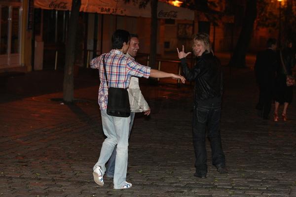 ...pár krokov za nimi išiel tanečník Matej Chren, ktorý sa údajne pre Elenu rozišiel so svojou priateľkou Mirkou Kosorínovou.