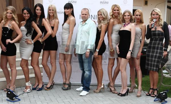 Modelky zapózovali s majiteľom predajne luxusných šperkov.