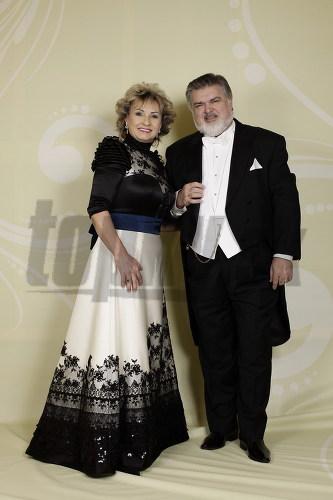 Operný spevák Peter Dvorský s manželkou.