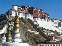 Na pompézne chrámy a