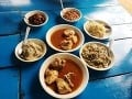 Typické mjanmarské jedlo v