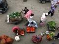 Kašmírčania nakupujú zeleninu vo