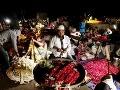 Indický predavač kvetov vytvára