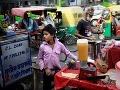 Mladý indický pouličný predavač