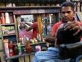 Indický pouličný holič utiera