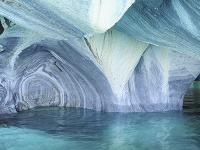 Mramorová jaskyňa na jazere